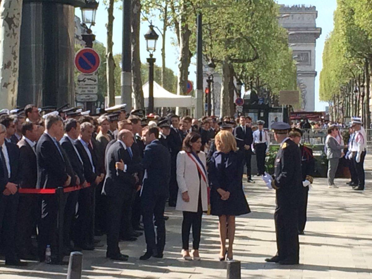 Le couple présidentiel repart à l'Elysée. La cérémonie vient de se terminer #XavierJugelé #ChampsElysées