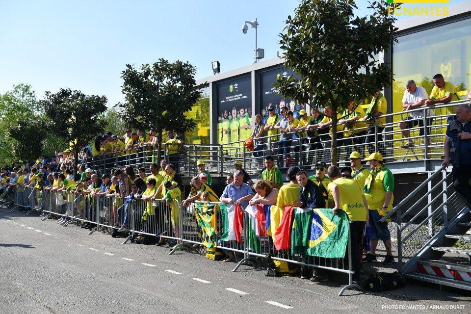 🔵📺 Il y a foule pour l'arrivée des joueurs, vivez la en direct ! #FCNSRFC   👉🏼 https://t.co/mFtzebtwdj