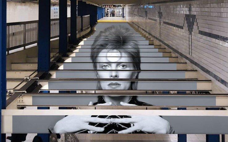 Omaggio a David Bowie, la metropolitana di New York come opera d'arte https://t.co/C7FJTBjWzj