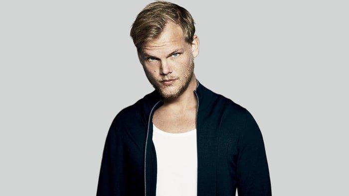 O DJ e produtor musical Tim Bergling, mais conhecido como Avicii, morreu na tarde desta sexta-feira (20), aos 28 anos. A informação foi confirmada pelo representante do artista.