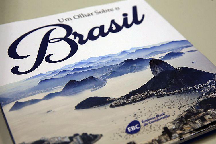 EBC lança livro Um olhar sobre o Brasil com imagens do cotidiano. Confira a obra na @agenciabrasil. https://t.co/aNC6PWOt7E 📷Divulgação/Agência Brasil