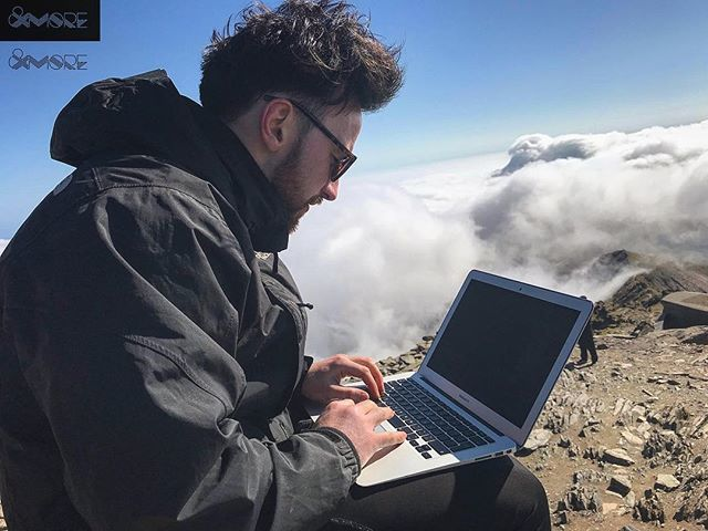 My temporary office yesterday up #snowdon  what a day! #graphicsonthego #graphicdesign #freelance #adventure #northwales #snowdonia  https:// ift.tt/2HeoUKB  &nbsp;  <br>http://pic.twitter.com/BubdKlx1DV