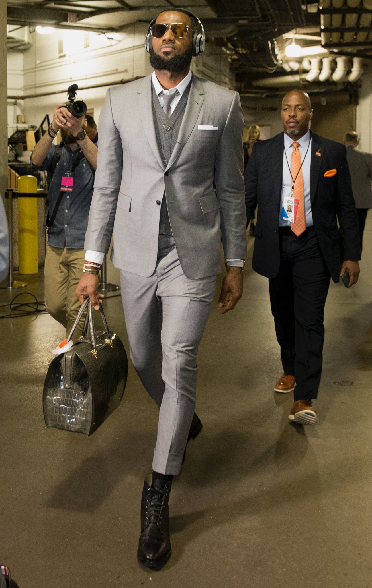 LeBron arrives for tonight's @Cavs #NBAPlayoffs action in Indianapolis (7pm/et @ESPNNBA). https://t.co/4tRumliMnj