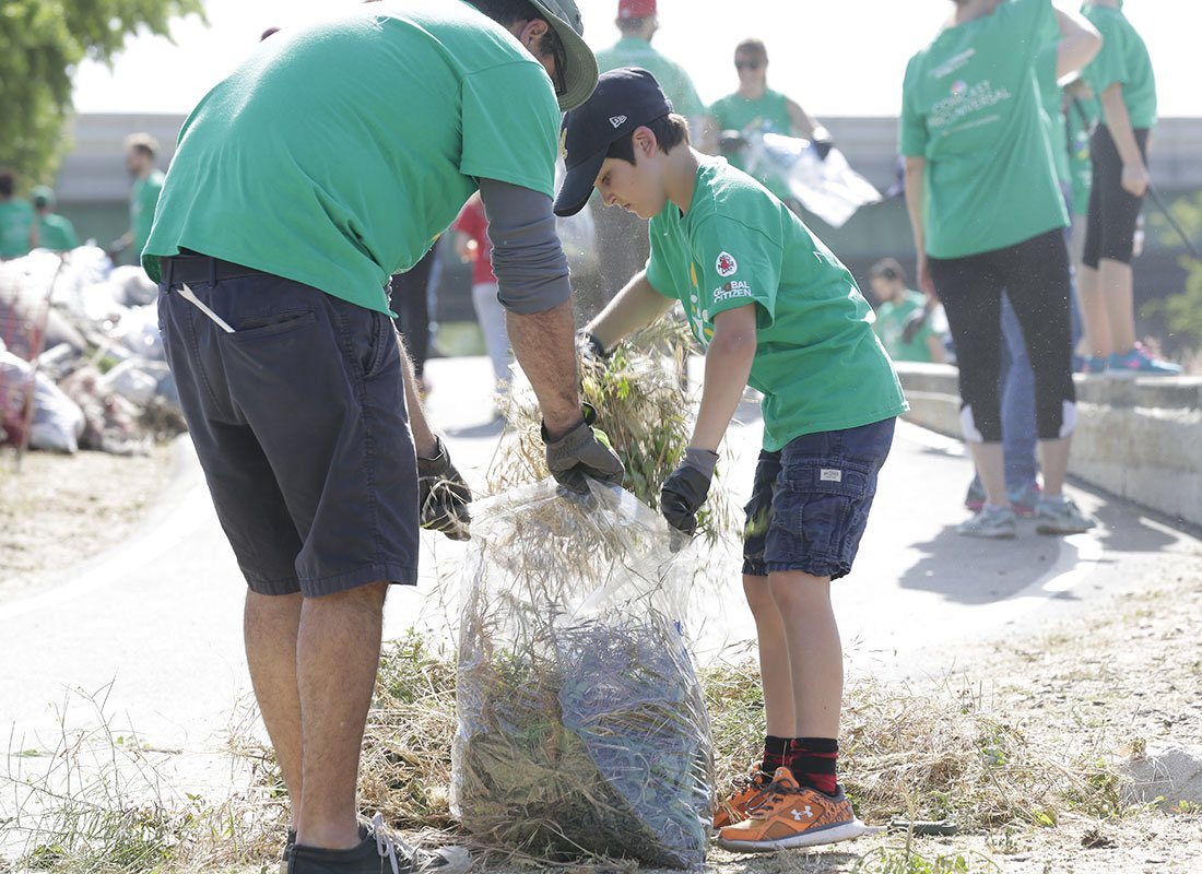 Join me &amp; thousands of Comcast NBCUniversal employees as we roll up our sleeves to create a better, cleaner future in our local communities on #ComcastCaresDay from #Philadelphia to #Detroit to #LA to #Portland to #SantaRosa &amp; the world!  #sustainability #EarthWeek <br>http://pic.twitter.com/HVo1N0mfz5