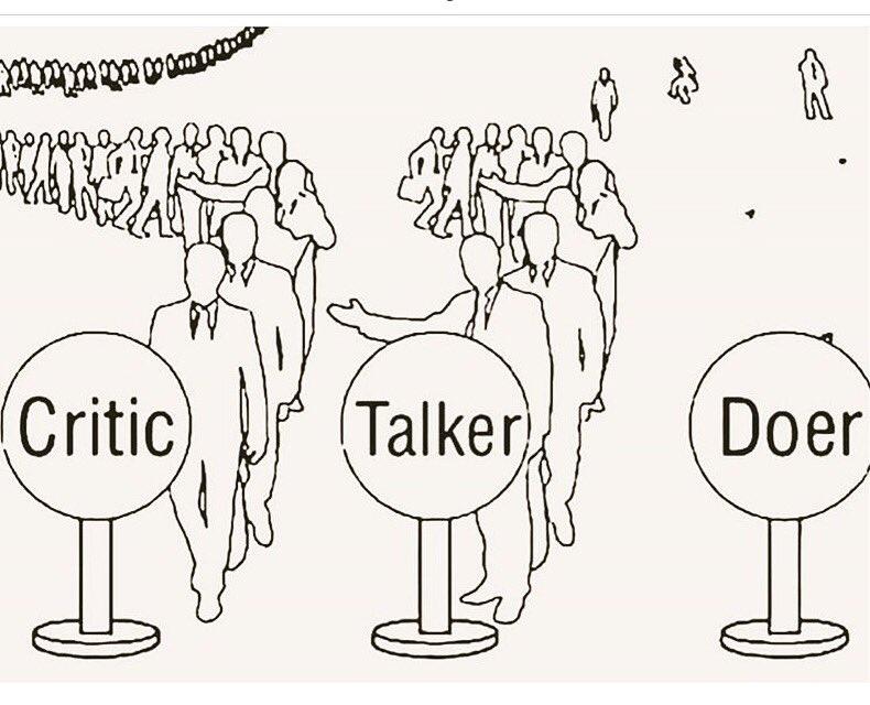 Картинка с очередью чтобы критиковать советовать и что-то делать