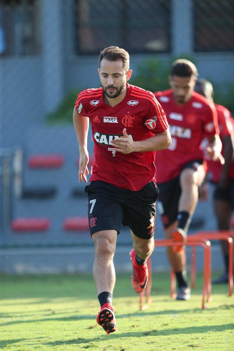 Éverton Ribeiro e Klebinho no treino de...