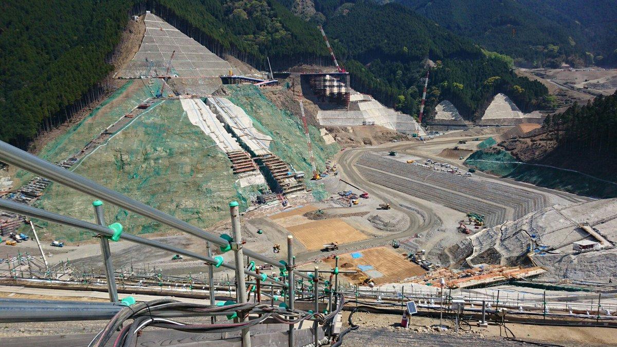 ダム建設の現場を見学してきました。 かなりの規模の大型ダムで、重機も巨大な物が多...