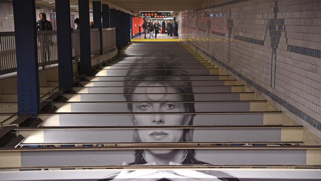 Omaggio a David Bowie nella metropolitana di New York https://t.co/kdwt8uI0Lv