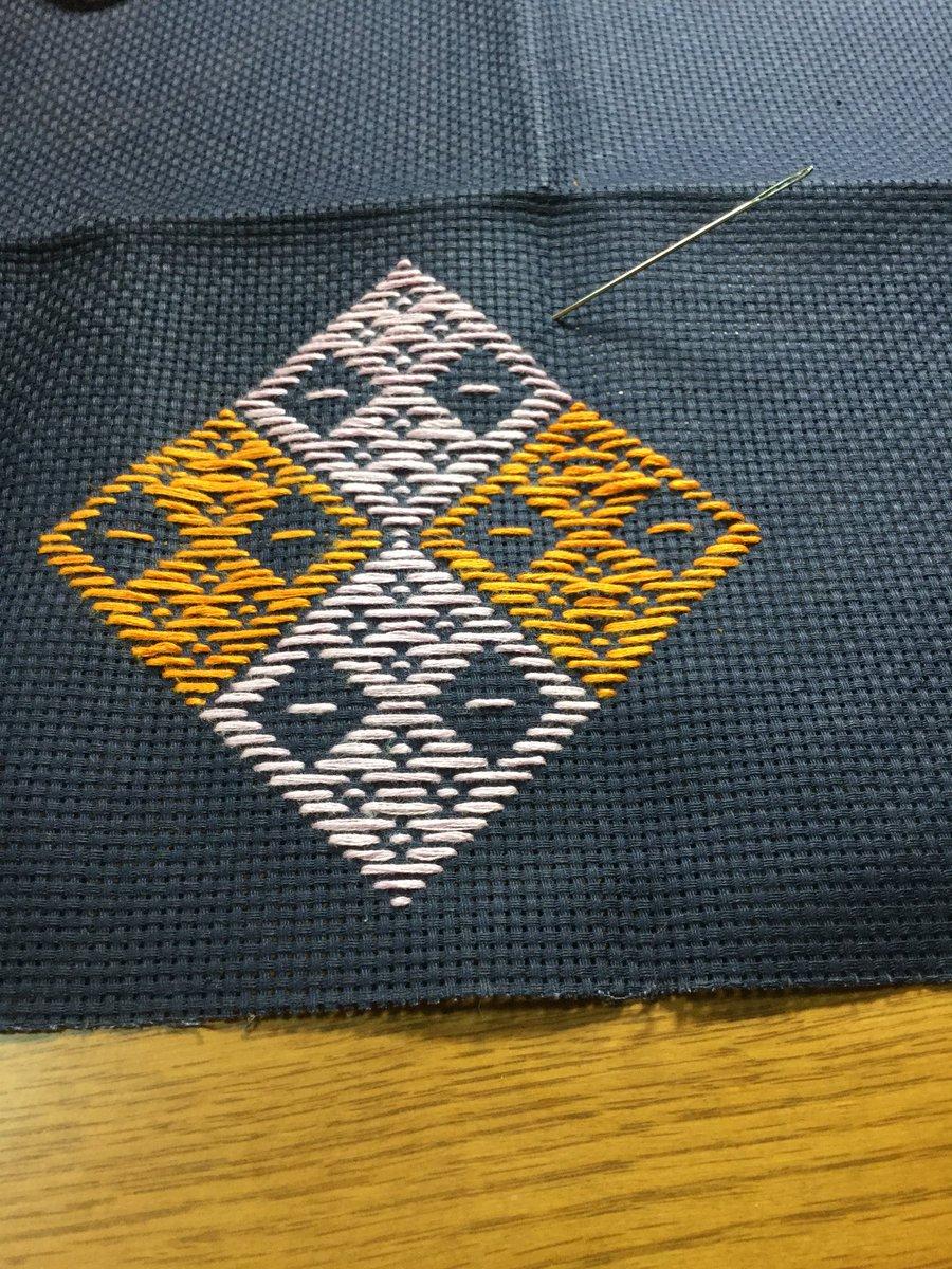 test ツイッターメディア - #青森 旅行で覚えた #こぎん刺し 。 目を数えたり、設計図通りに作るの苦手。なので、買ってきた布糸を無駄にしそうなので、#ダイソー で刺繍布と糸買ってきたんだけど。 まず、布。これ、めっちゃ固い!目はとにかく読みやすいので間違いなく作れるけど、加工出来ない(・・;)糸は捻が弱い。 https://t.co/7D4fdgGSeU