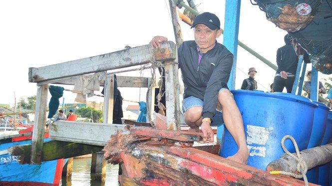Two Chinese coast guard ships sank a fishing boat from Quang Ngai province with six fishermenon on board in Paracel islands waters. Web page in Vietnamese   #Vietnam #ASEAN #SouthChinaSea #Asia  #China @CollinSLKoh @LyleJMorris @GregPoling @graham_euan  https:// thanhnien.vn/thoi-su/hai-ta u-trung-quoc-dam-chim-tau-ca-quang-ngai-tren-vung-bien-hoang-sa-954939.html &nbsp; … <br>http://pic.twitter.com/HwgXKPju1H