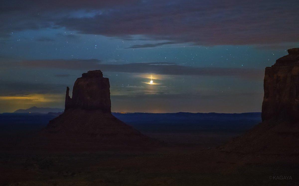 ビーナスピラー(金星柱) 夜明けに昇る明けの明星(金星)から縦に伸びる光。 金星は明るいので、このような大気光学現象が見られることがあります。 (昨年アメリカ、アリゾナ州にて撮影)