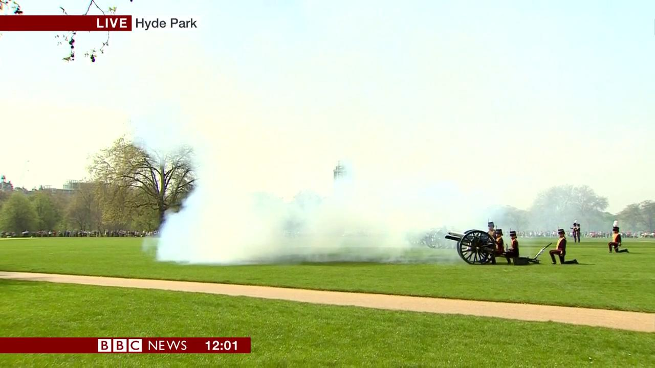41-gun salute at Hyde Park marks the Queen's 92nd birthday   #QueensBirthday   https://t.co/GSG5Cg0SgW https://t.co/AqLC6PTJQA