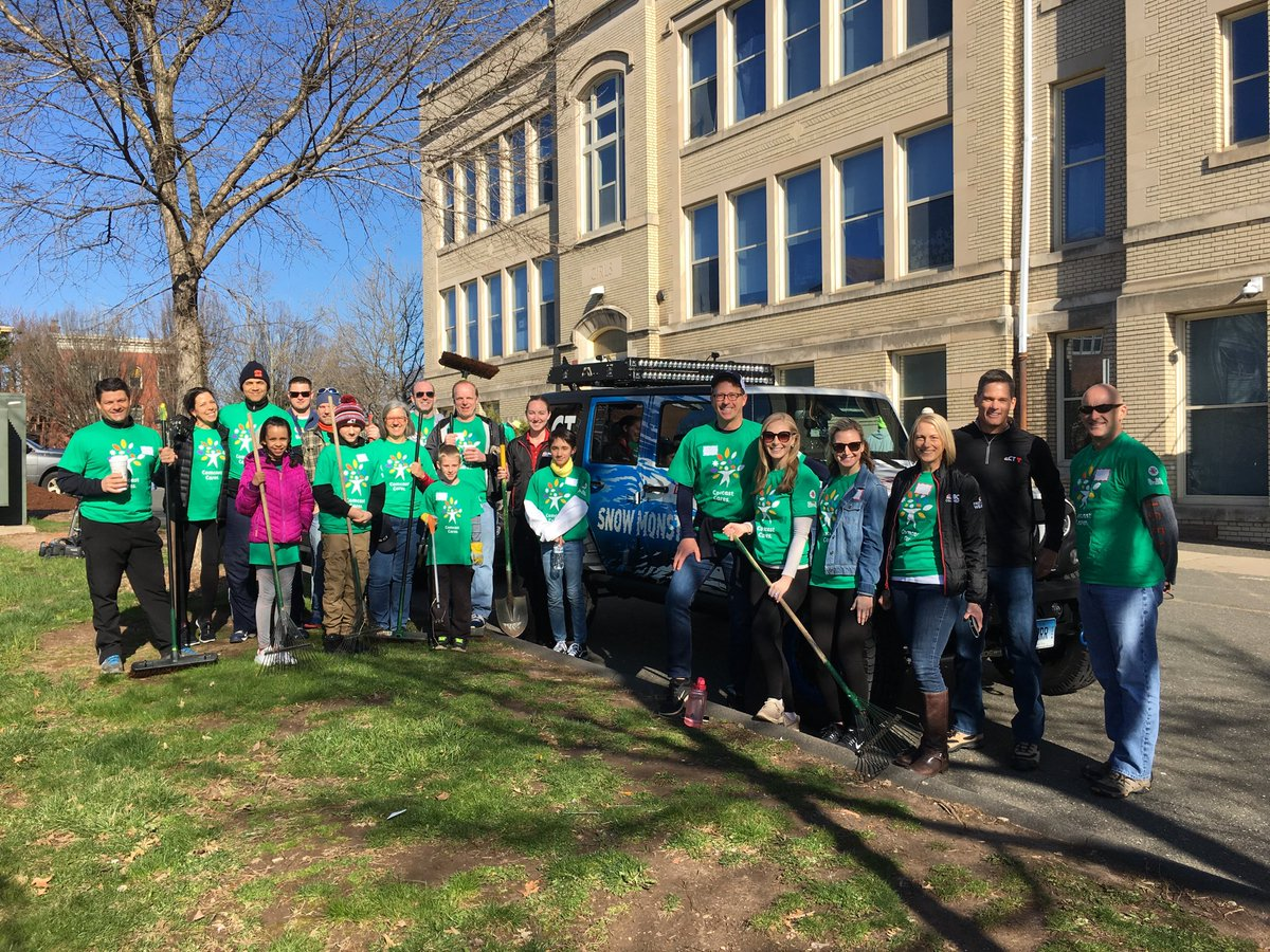Team @NBCConnecticut is ready to get to work #ComcastCaresDay #givingback #nbcct #burrschool #hartford <br>http://pic.twitter.com/Tghbf0lE4e