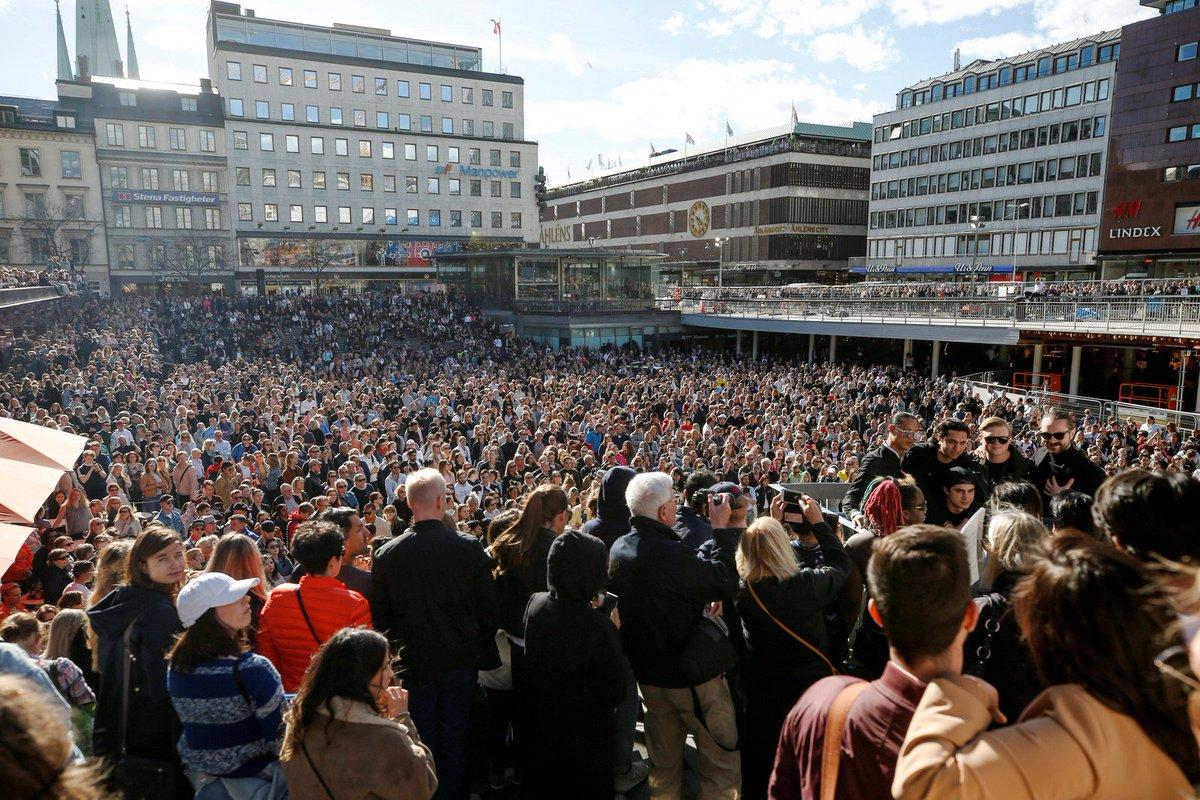 Multidão se reúne em praça em Estocolmo e presta tributo ao DJ Avicii https://t.co/cHUCbsJLVm
