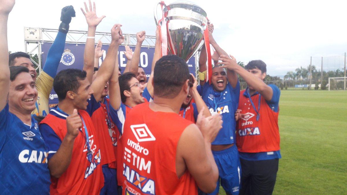 Taça do Campeão e foto com os participan...