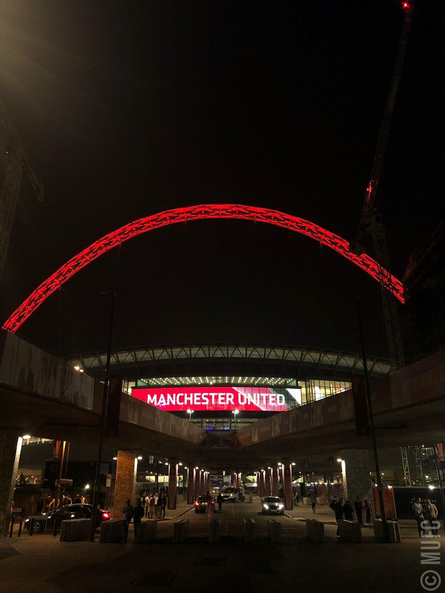 We like our Wembley arches how we like everything else - red. #MUFC #EmiratesFACup