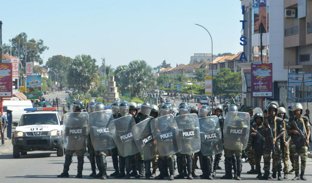 One killed, 16 injured as Madagascar police disperse protests https://t.co/pJDyK3manl https://t.co/NRiuZMzlGJ