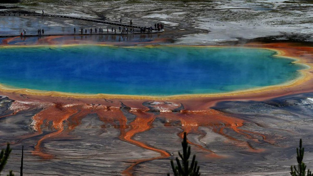 Yellowstone National Park sits squarely over an active volcano that is 44 miles across.  An eruption could rain ash on nearly the entire country, so geologists are eager to understand what's happening underground https://t.co/dTHgHVCI6J