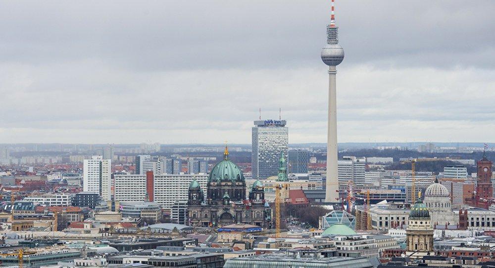 Berlin'de Türklere köpekli saldırı https...