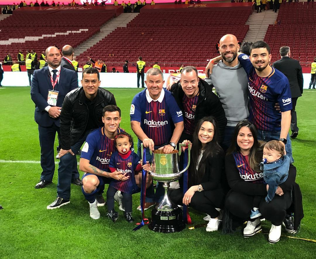 📸 | Coutinho and his family with the Cup...