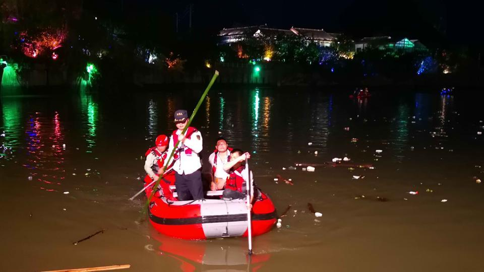 17 killed as 2 dragon boats capsize in southern #China https://t.co/S5dQl10auo