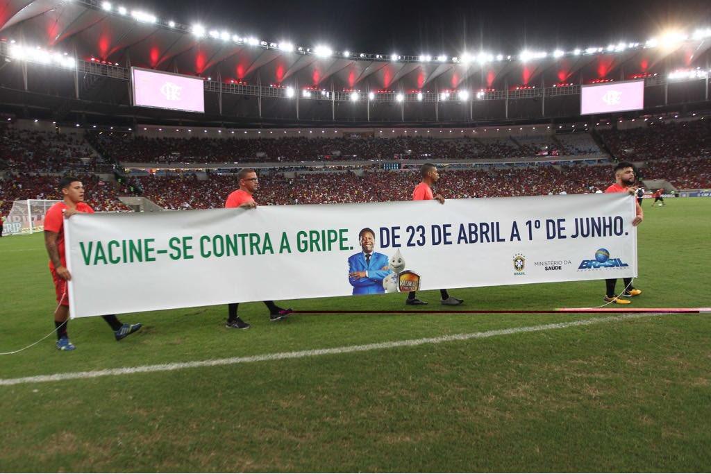 O Flamengo entrou em campo essa noite com o pé direito com uma mensagem muito importante para a torcida: 'Vacine-se contra a gripe'. Você também está escalado pro time da saúde. Participe. Tabelinha perfeita entre Ministério da Saúde e CBF. #VACINAGRIPE https://t.co/AMpvuB5C4T