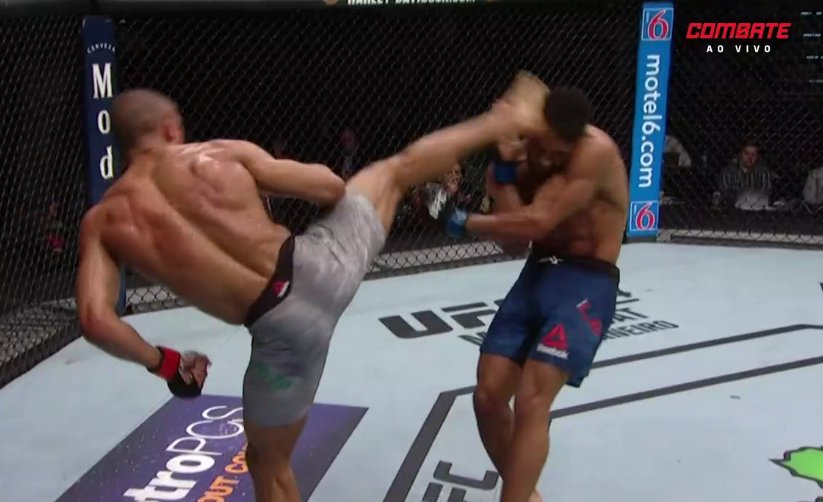 A ESPECIALIDADE DA CASA! O @EdsonBarbozaJR está mais vivo do que nunca na luta! Vamos para o 4º round! #UFCnoCombate
