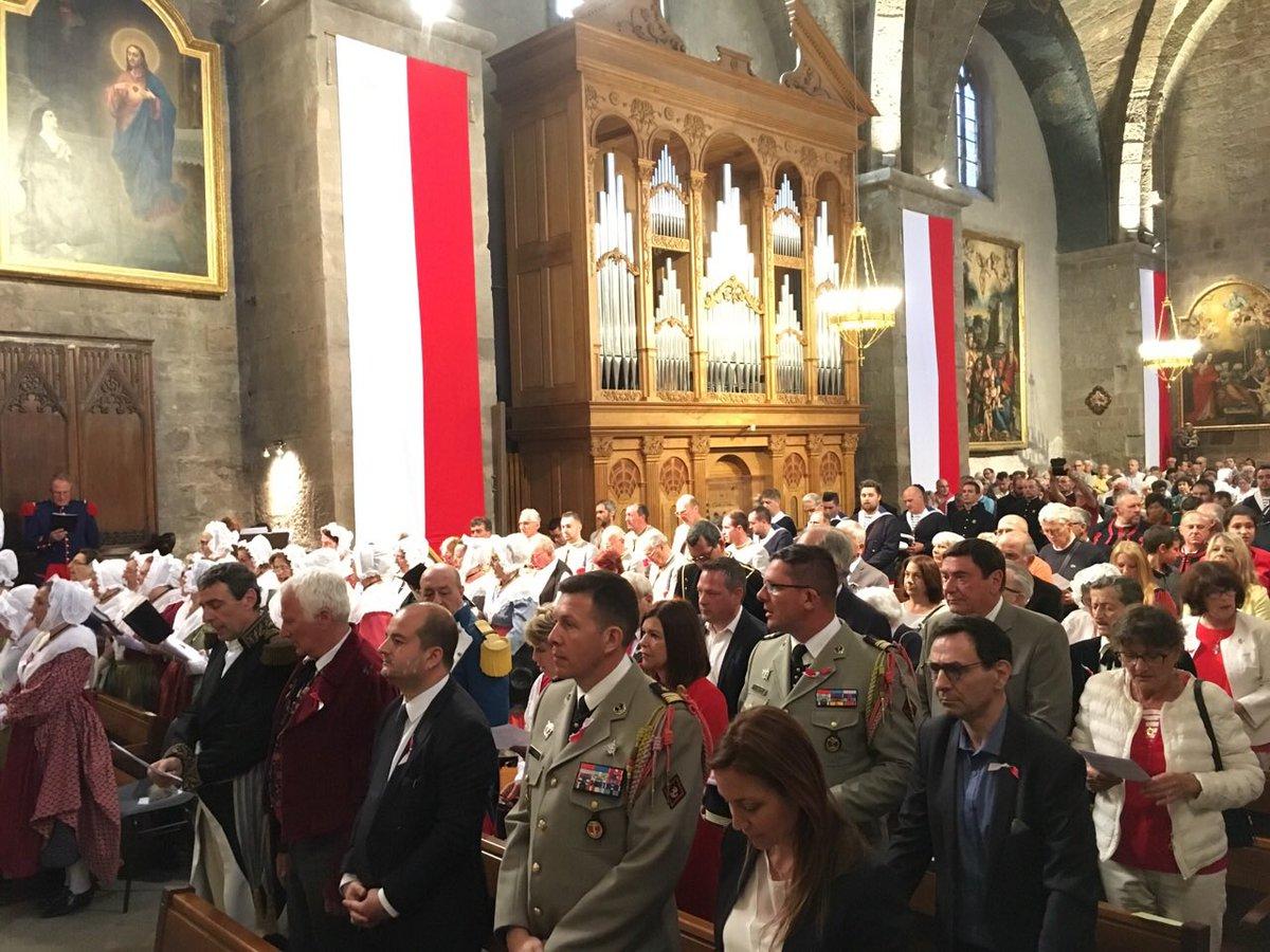 📸 Je participais ce matin à la grand messe pontificale présidée par Monseigneur Rey, notre évêque de Fréjus-Toulon. S'en est suivi le salut aux autorités civiles et militaires puis la bénédiction du feu et la danse de la souche ! #Fréjus #Bravade