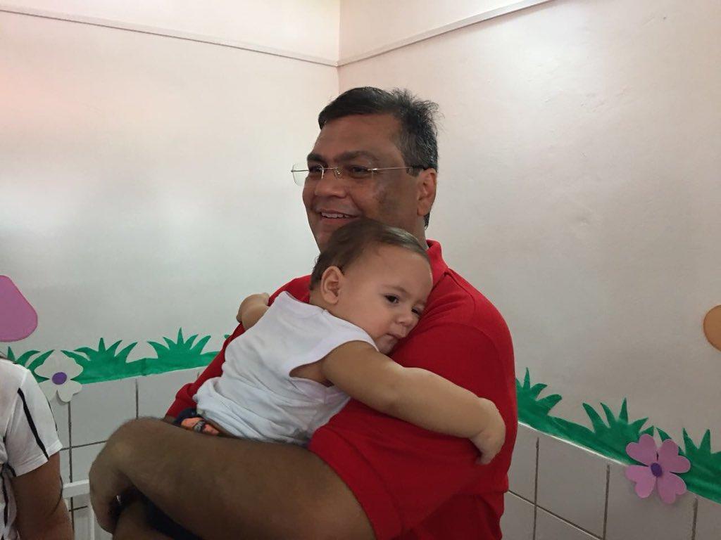 Ontem na inauguração de uma creche em Alto Alegre, esse bebê grudou em mim. Em meio à dureza da luta contra a máfia maranhense, há muitas flores. E as flores vencem canhões, como nos ensina Vandré.