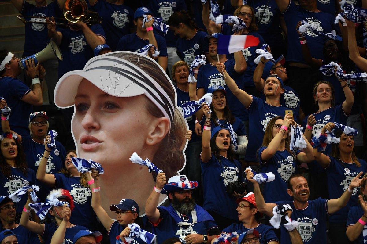 test Twitter Media - 🎾🇫🇷🇺🇸 FRANCE (1) - ÉTATS-UNIS (1), JOUR 2. Les Françaises vont-elles retrouver la finale de la #FedCup, deux ans après ? #tennis  ▶️Suivez le premier match du jour @KikiMladenovic - Stephens en direct vidéo : https://t.co/a2n1SpRo9i https://t.co/41EwmIXAgs