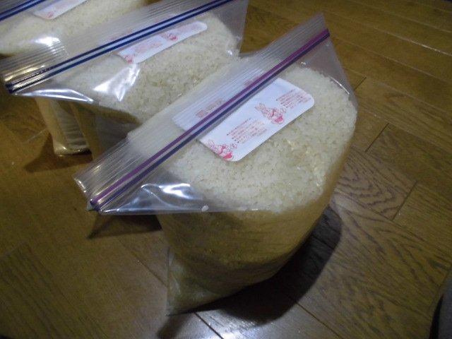 田舎から送ってきた米は、ジッパーつきの厚めのビニール袋にいっぱいまで詰め、使い捨てカイロを入れて密閉。これで虫に勝てる。(まぎれ込んでいた虫のタマゴが孵化できなくなるのだと思う)