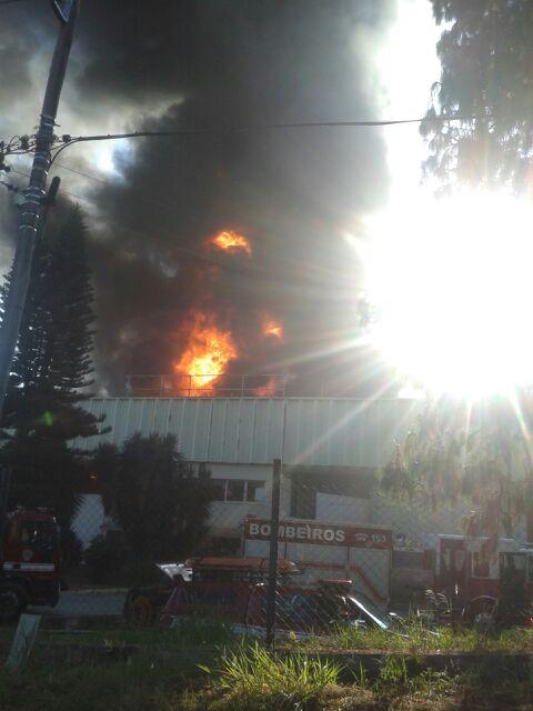 Neste momento os Bombeiros do #7GB, estão atendendo ocorrência de Incêndio em Indústria na rua Marginal, 100 - Pq Jambeiro (margem da Anhanguera) - Campinas, são 6 equipes combatendo o fogo, não há informações de vítimas #193I.