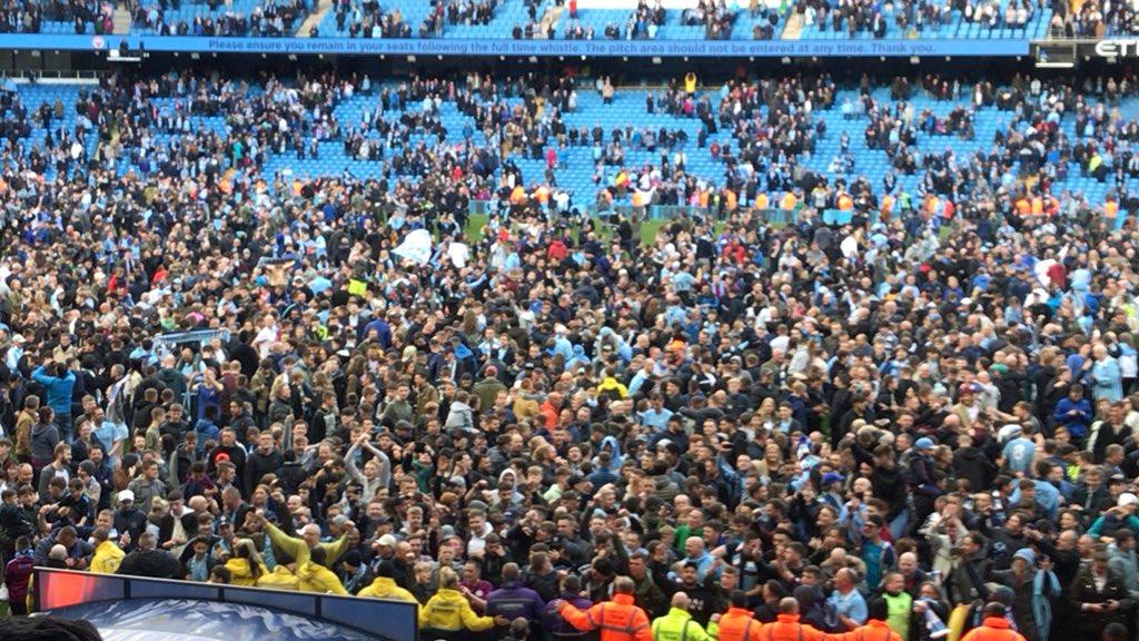 جماهير #مانشستر_سيتي تقتحم ملعب الاتحاد بعد الفوز ضد سوانزي