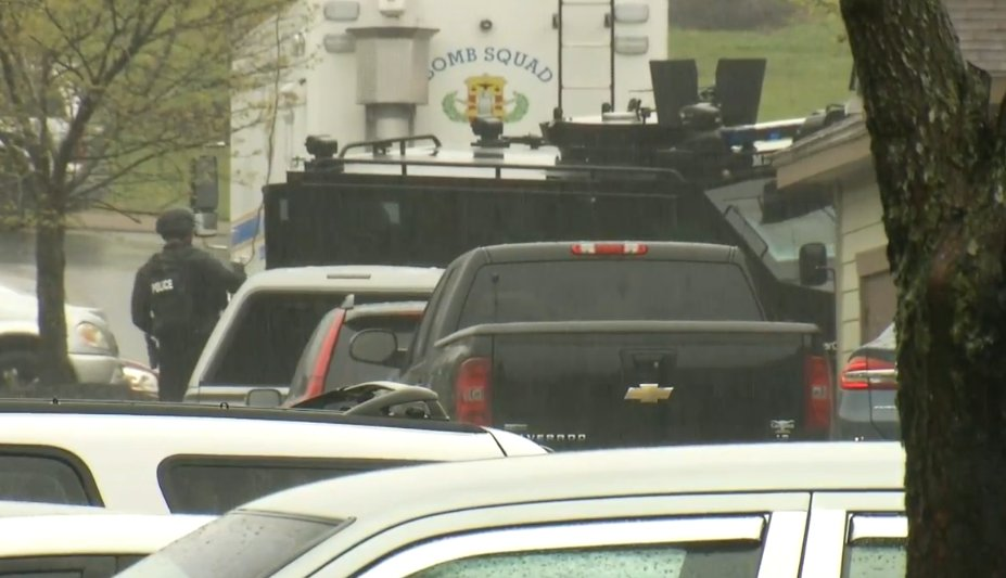 NASHVILLE MANHUNT: Metro Nashville Bomb Squad and SWAT on scene of Waffle House shooter's apartment as search continues. Shooter has murder warrants issued for his arrest. https://t.co/NDslaiTkHl