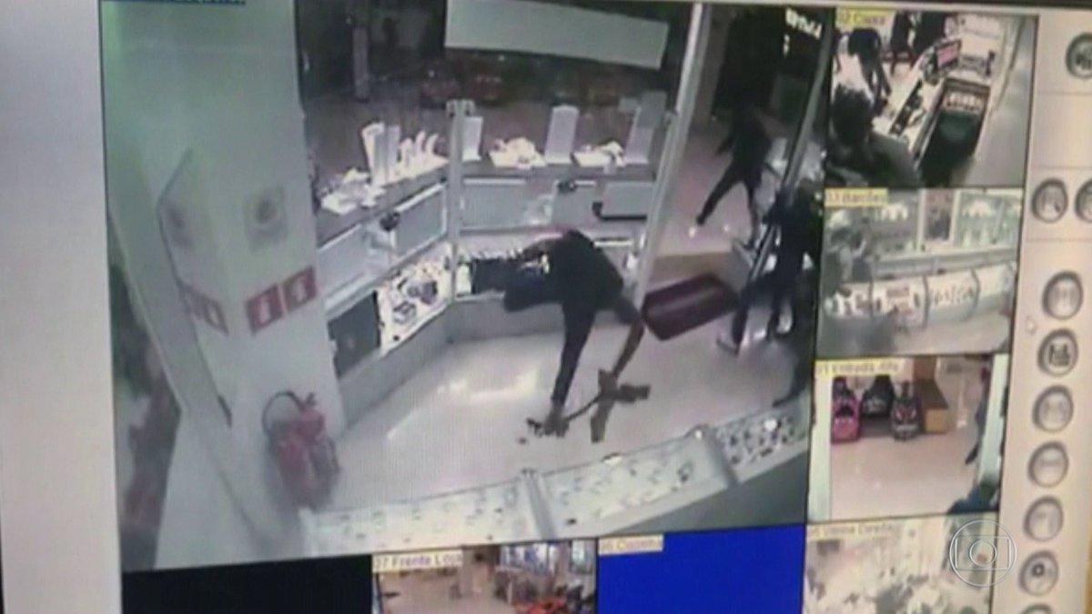 63f060c7940 assalto a joalheria causa panico em shopping de sao paulo oito bandidos  armados invadiram loja