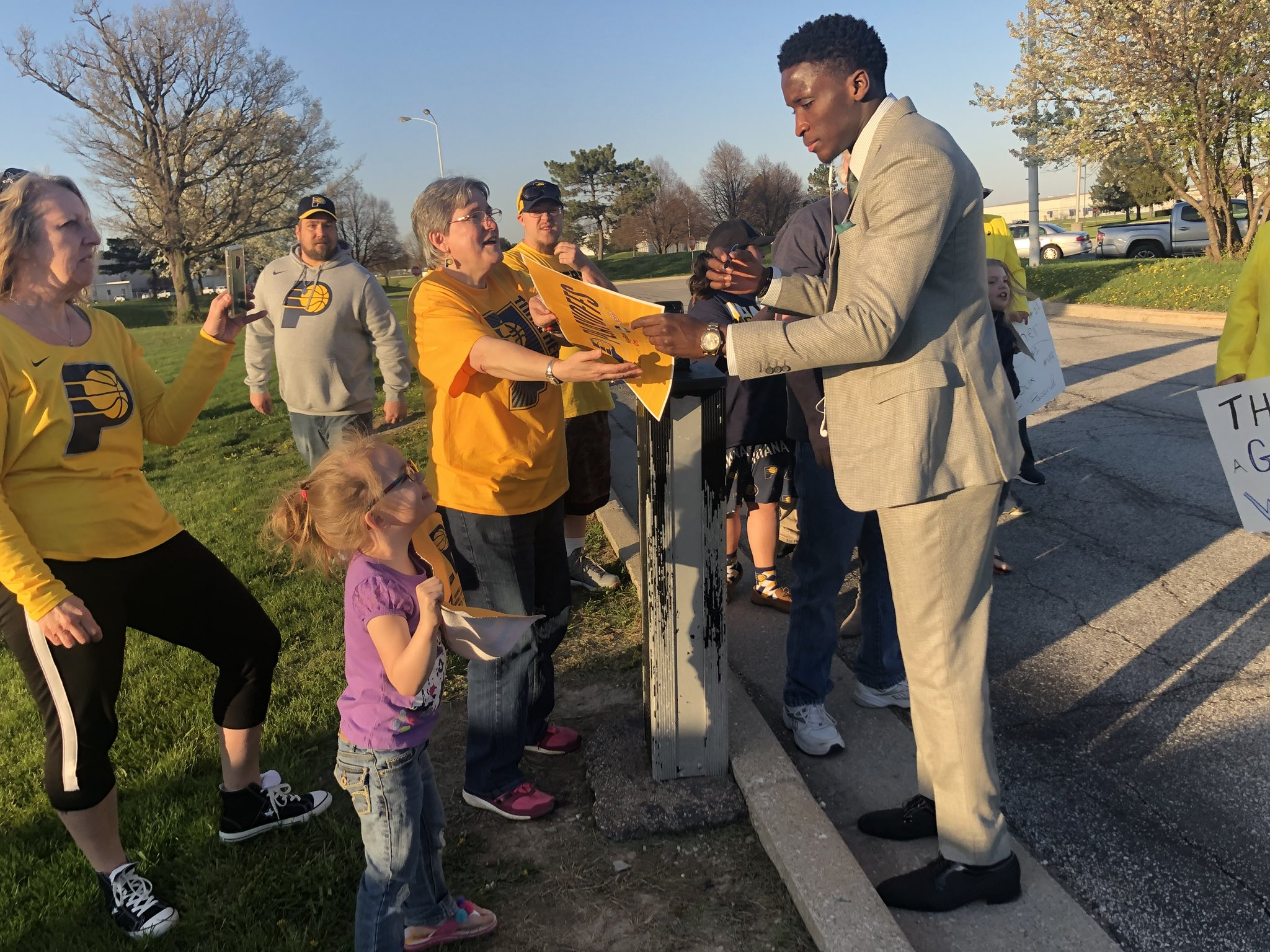 A group of #Pacers fans awaited the team's return to Indy. So Victor Oladipo personally greeted each of them. https://t.co/TeixDEDn70