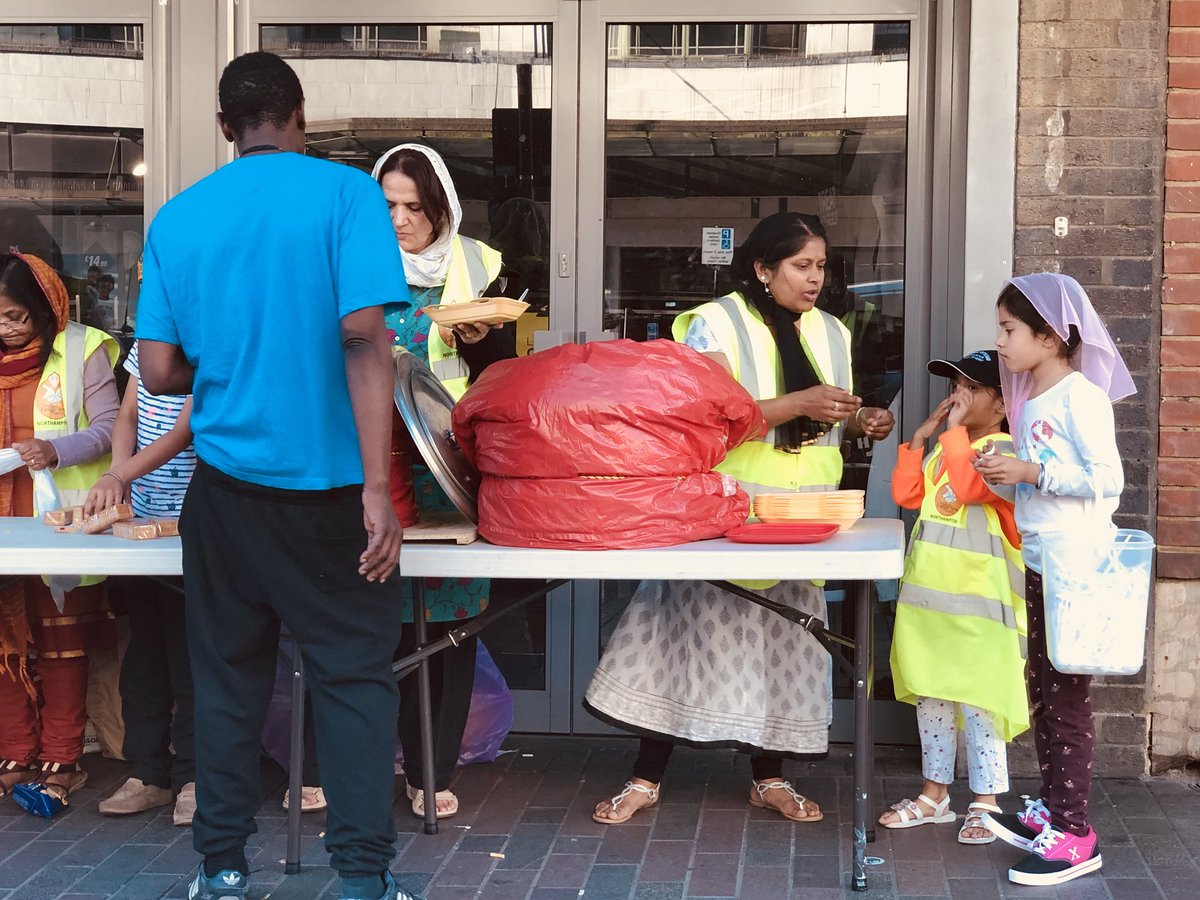 #Northampton langar on Abington Street this evening from 6pm – 7pm.  The volunteers served over 90 hot meals of curry (sholay) and rice, cakes, biscuits, tea, coffee, hot chocolate and water.  @MidlandLangar @NorPolPrevent @Tell_StreetLink