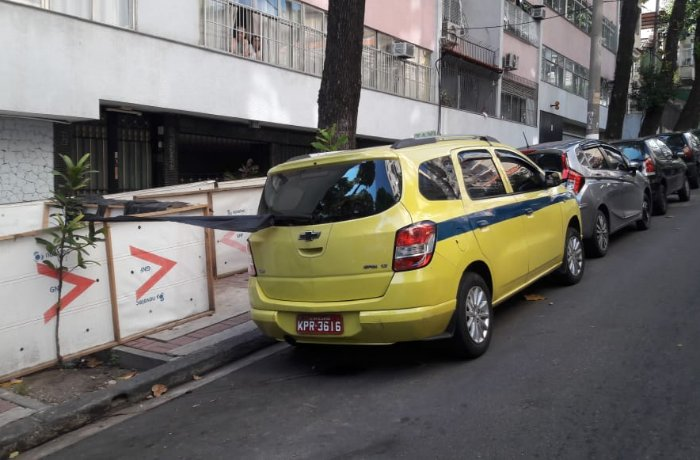 A Polícia do RJ procura testemunhas que ajudem a identificar os autores de dois assassinatos na região central do Rio, a poucos metros da rua onde aconteceu o assassinato da vereadora Marielle Franco e do motorista Anderson Gomes.  Os corpos foram encontrados dentro de um táxi.
