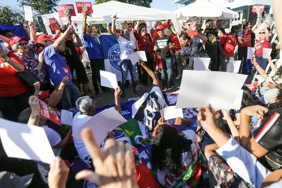 Debate 'Em defesa da Educação e da Democracia' e roda de samba com Maria Navalhas & Sindicatis agitaram a tarde deste domingo no Acampamento , em#LulaLivre Curitiba-PR.   Foto: Joka Madruga/Agência PT