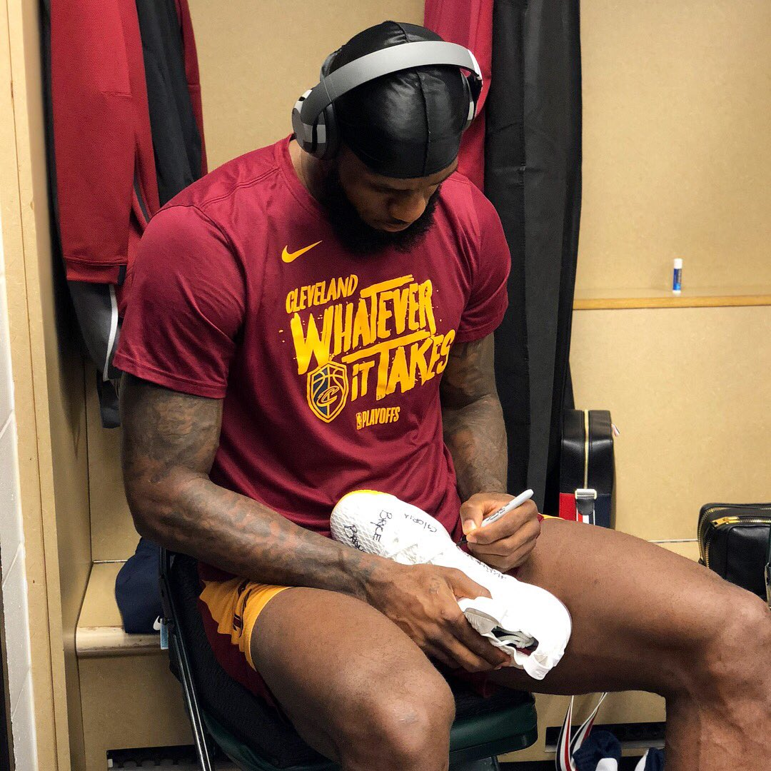 ✍�� @KingJames prepares his #NBAKicks for tonight's @Cavs #NBAPlayoffs action! #ThisIsWhyWePlay https://t.co/fsbc9LLE02