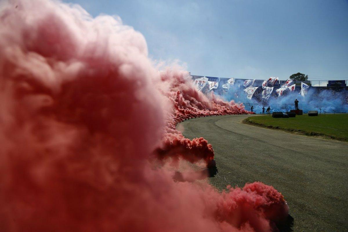 Fumaça, bexigas, fogos de artificio e bandeiras de mastro... O futebol respira na Vila Capanema!  🔥🔥🔥