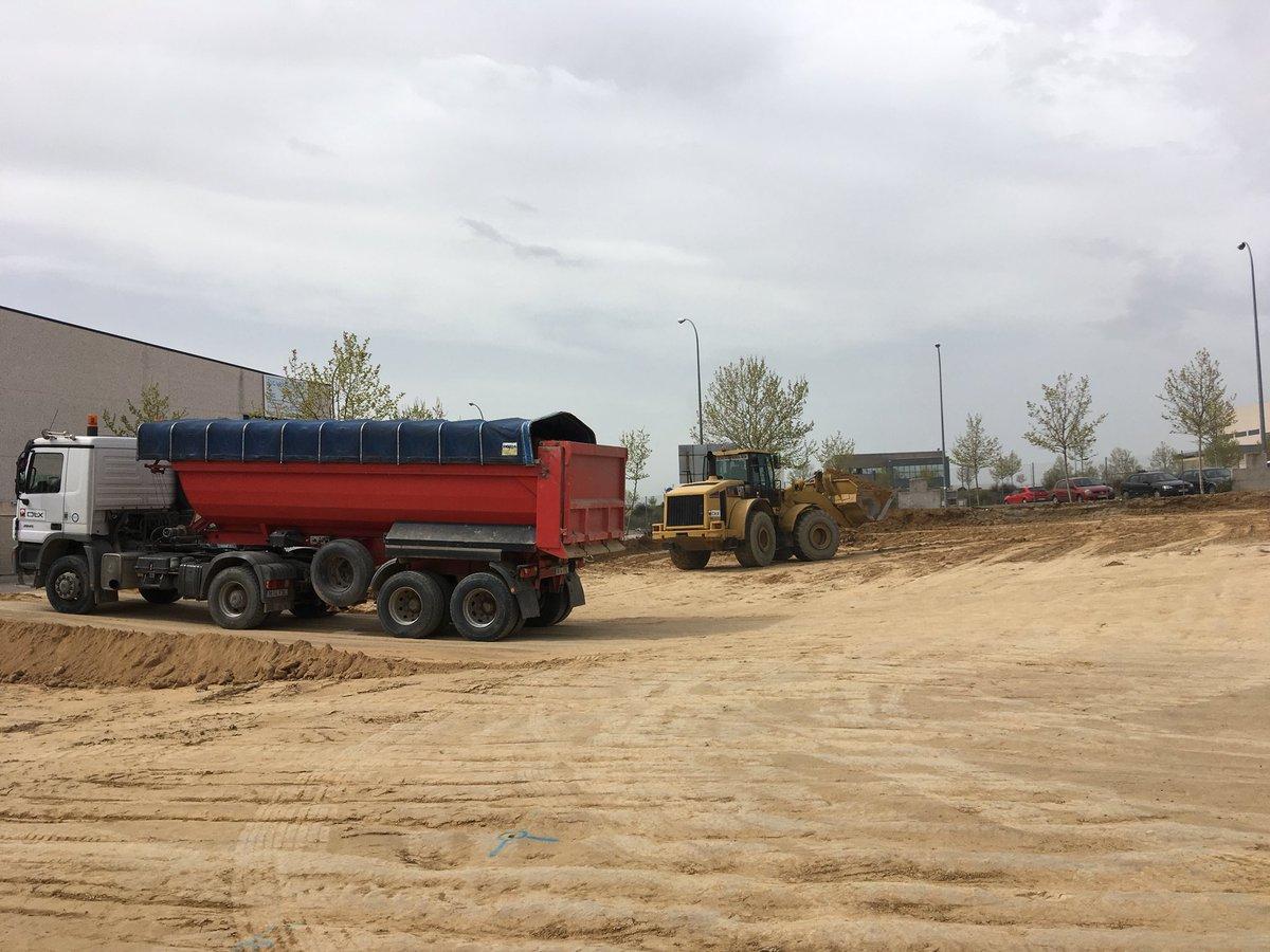Otxandiano Empresarial SA, somos adjudicatarios de la construcción de 56 Naves en Arroyomolinos . Las obras se realizarán en 2 fases, esta primera fase será de 17 y hemos empezado el movimiento de tierras.