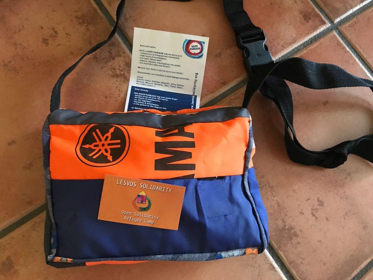 #SafePassageBags proyecto mediante el cual #personasrefugiadas y lugareños que viven en #Mytilini crean bolsas hechas con #chalecossalvavidas dejados en las costas de #Lesbos, chalecos, que han sido utilizados por lxs refugiadxs que han cruzado el mar Egeo desde Turquía. La mía!pic.twitter.com/NsOcodHrmz