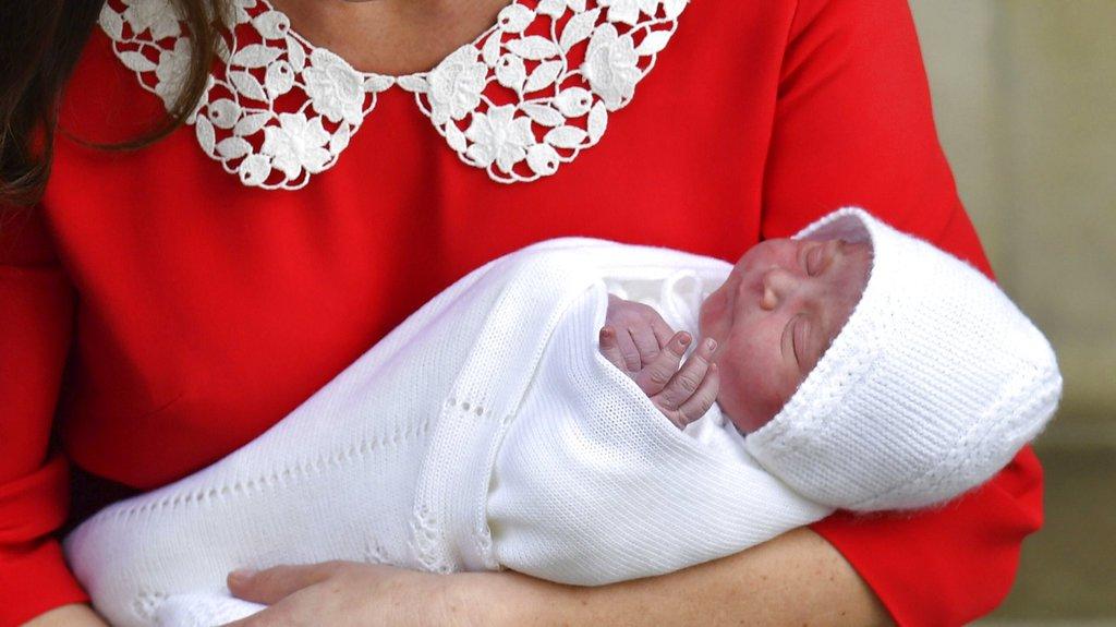 Kate e William deixam maternidade com bebê real https://t.co/2mIWwOek9K #G1