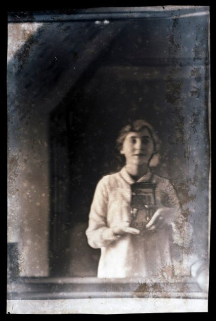 #Archive30 #selfportrait - it turns out #selfies are not quite such a modern day phenomena, here&#39;s Viola Bankes snapping a #mirrorselfie in c1916! #UnlockingBankes<br>http://pic.twitter.com/lybkZN2ga3