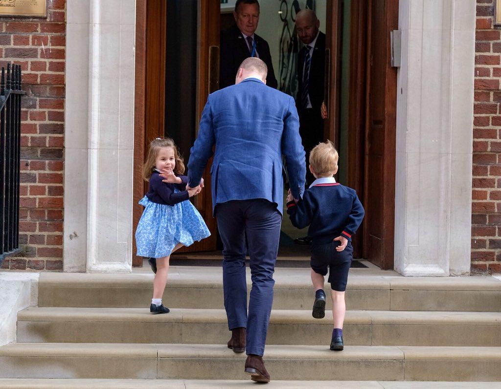 Príncipe William foi buscar os filhos George e Charlotte para conhecer o irmãozinho que nasceu hoje: https://t.co/74K4tRWVOD  Que gracinha a Charlotte acenando! <3  (📸: )@KensingtonRoyal