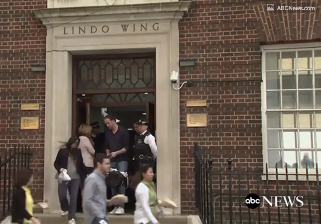 Couple emerges from the same hospital wing as the Duchess of Cambridge's, and accidentally causes a press mess.   New baby spotted in the Lindo wing - but this one's not royal: https://t.co/LwhZF7MU1g