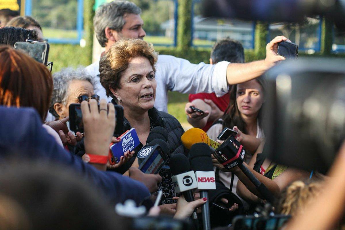 Dilma concede entrevista coletiva após ser impedida de visitar Lula na Polícia Federal em Curitiba-PR. #Lulalivre  Foto: Joka Madruga/Agência PT