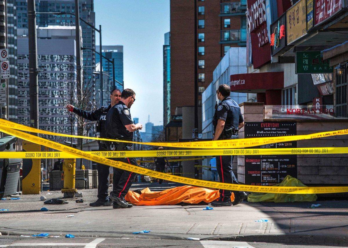 E' strage di passanti a #Toronto, in Canada: nove i morti e 16 i feriti tra le persone travolte dal furgone che le ha puntate una per una sul marciapiede → https://t.co/PMJaSvBwQ8