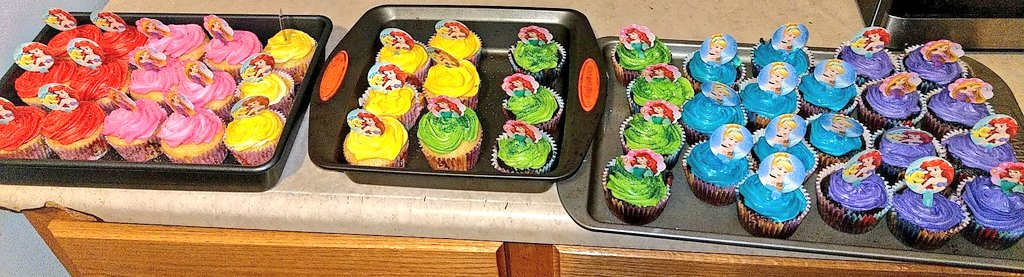 She had so much sweets I didn't get a picture of them all.. But I made 50+ cupcakes myself😌 she had homemade sugar cookies, n a strawberry tres leche cake 🎂😋 #OrtizFamily